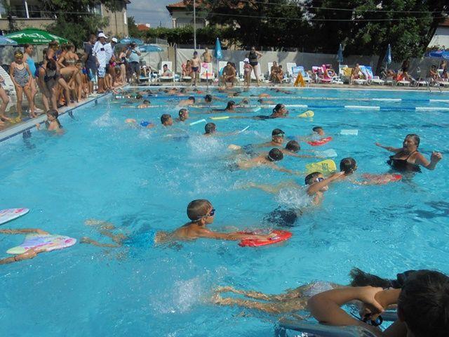 100 деца завършиха успешно плувният курс