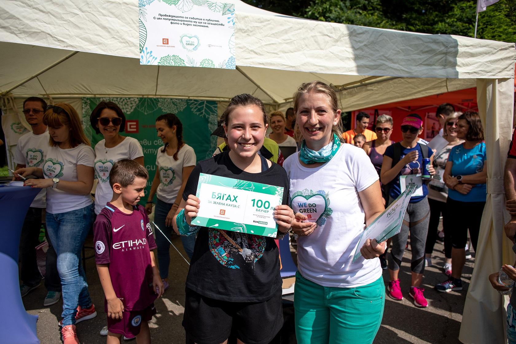 Соня Мурждева с една от 10те участника, спечелили ваучер за 100 лв